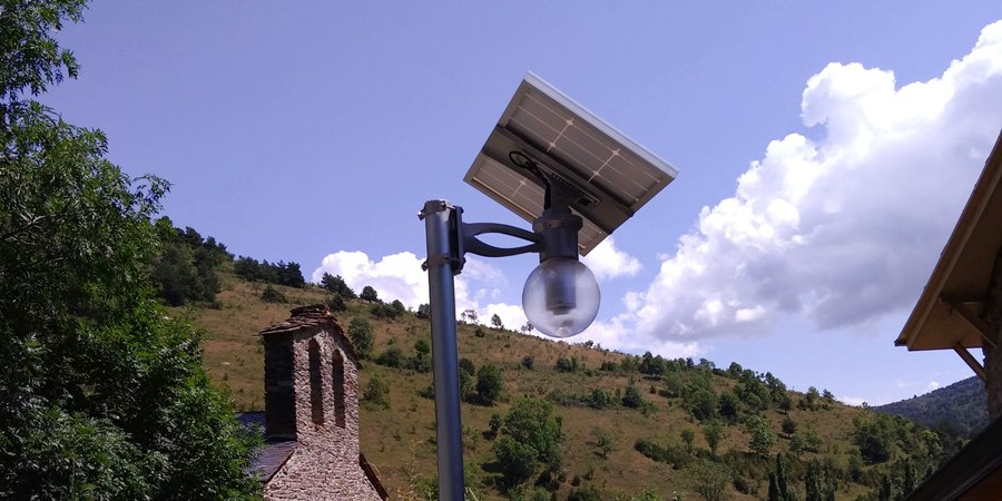 Farola solar LED LUNA REFLEX en ámbito rural