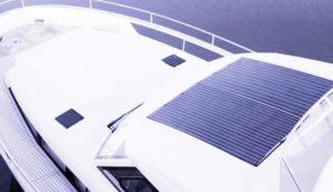 Paneles solares flexibles pegados en un barco